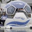 リオデジャネイロでサッカーボール型水上ボートが話題に