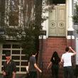 『フルハウス』ジョン・ステイモス、タナー家の前で記念写真