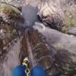ゴゴゴゴゴォォォォ!!!! 滝壺へピンポイントで飛び降りる!