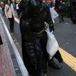バットマンとジョーカーがまさかの全面協力体制!DCコミックスのヒーローたちが東京でゴミ拾い
