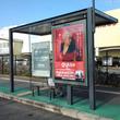 globe「バス停でおしゃべりしている学生」バス停の広告展開スタート