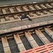 遅延客対応に嫌気? 勤務中の男性車掌が制服を脱ぎ捨て、線路に飛び降りそのまま去る 近鉄奈良線の東花園駅