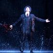 アダム・クーパー、待望の『雨に唄えば』再来日公演開幕!降り注ぐ雨の中踊る名シーンが蘇る