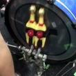 """阿鼻叫喚! 例の""""チキン""""をドラムセットに縛って演奏してみた"""