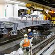 「鉄道クレーン」出現! 東海道新幹線品川駅の線路を「改造」、目的はリニア中央新幹線