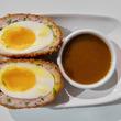 イギリス伝統料理スコッチエッグが人気再燃、日本式「カツカレー」アレンジも