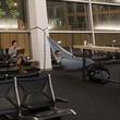 くつろげる?空港内でハンモックを吊って寝る男性が目撃される