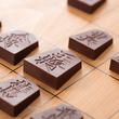 将棋の駒がチョコレートに 羽生竜王推薦「将棋 デ ショコラ 2018年版」と「限定版 全駒セット」が登場
