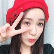 平祐奈、真っ赤なベレー帽でJKポーズ
