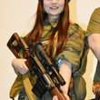 人気声優・上坂すみれ、狙撃銃片手にロシア兵軍装でロシア映画の魅力を語る