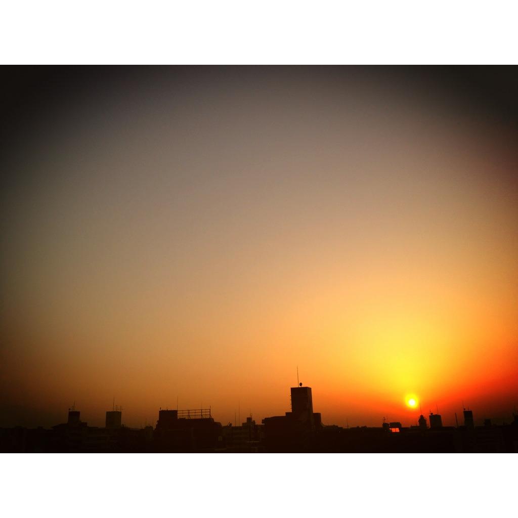 黄昏前の茜空