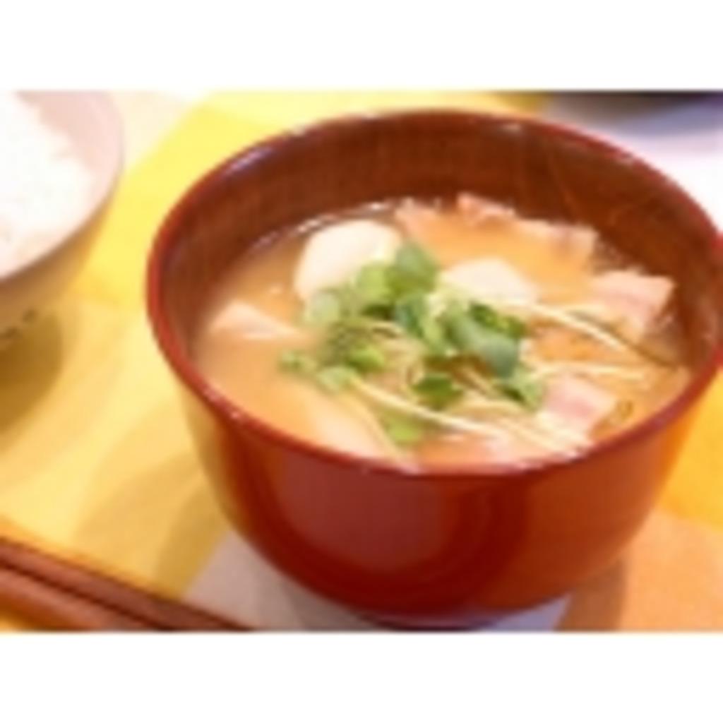 野菜や魚介類などを具とし、味噌で調理した汁物の日本料理