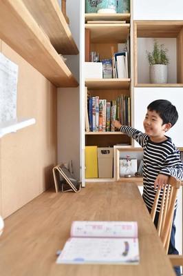 長男の勉強机兼読書スペース