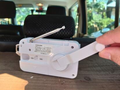 手回し充電ラジオのハンドルを回して充電できる