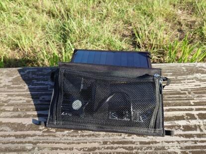 ソーラーパネルのメッシュポケットに充電中のスマホなどを入れる