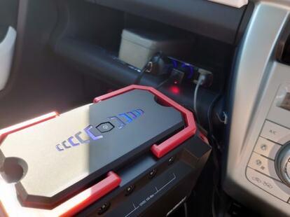 車のシガーソケットに接続してポータブル電源を充電中