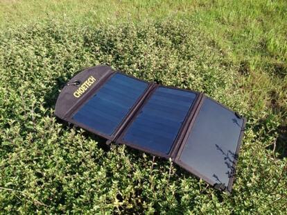 ソーラーパネルを充電中