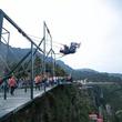 【動画】中国の山頂にあるテーマパークが世界中のどの遊園地よりもマジ絶叫出来ると話題に!