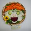 フレッシュサラダをプレゼント。父の日の食育イベント開催。「有機野菜でお父さんの似顔絵サラダを作ろう!」