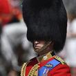 英女王誕生祝賀式典で、あの黒い毛皮帽ではなくターバンで行進した近衛兵が話題に