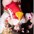 """華やかな色彩&寝そべりポーズにドキッ!人気コスプレイヤー・赤木クロの""""東方Project・博麗霊夢""""コスプレの色気がスゴい!"""