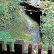 竜神のこもる穴に滝の涼感が心地よい。室生龍穴神社で緑のハイキング