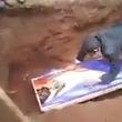 ネクロマンサーかな。故人の墓を掘り起こして死者復活の儀式を行っていた男性(エチオピア)※閲覧注意