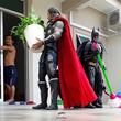 スーパーヒーローたちに家の雑用をさせるだとぅ?遠近法を利用した面白トリック写真