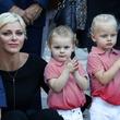 天使級の可愛さ!モナコの双子の公子と公女が、初登校の前にハグ