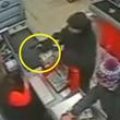 世はまさに世紀末なのか?強盗に拳銃を突きつけられてもまったく動じない店員と客のいる店