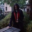 自分は吸血鬼ドラキュラの息子だと信じるルーマニアの男性。棺の中で眠り献上された血を飲む