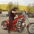 イカツい! 飛行機用のエンジンを積んだ真っ赤なバイク「レッドバロン」