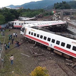 台湾で特急列車脱線