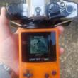 20年前に発売されたゲームボーイ用ソフト『ポケットカメラ』を一眼レフカメラに合体。1万4000画素に情熱を注ぐ魔改造ファンたち
