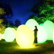 12/1(土)から「チームラボ 森と湖の光の祭」を開催。埼玉県飯能市にオープンする「メッツァビレッジ」の宮沢湖と湖畔の森をインタラクティブな光のアート空間に。10/22(月)から前売券販売開始。