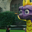 火を噴くドラゴンのドローンが、有名ラッパーに新作ゲームをお届けするイカれた企画がスタート