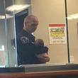 警察署で母親がDVの被害届を書く数時間、赤ちゃんを抱き続けた警官に称賛が集まる
