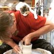 猫師匠、陶芸をする男性の肩に張り付いて熱心指導?猫を乗せたまま作品作りに没頭する男性もすごい!
