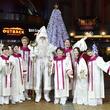 「イクスピアリ・クリスマスセレモニー」ボーカルユニット VOJA-tensionが歌うクリスマスソングにあわせDreamy Treeが光り輝く