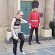 【神対応】近衛兵の目の前でダンスをしていたら、近衛兵が思いもよらぬ行動に出て話題に!
