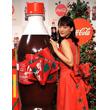 綾瀬はるかさんが実演、「コカ・コーラ」のラベルがリボンに早変わり