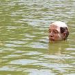 池に浮かぶ政治家の生首。イサーク・コルダルの浮遊彫刻(フランス)