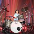 9歳の日本人天才少女ドラマーよよかさんがアメリカの番組に出演!クイーンの楽曲で最高の演奏を披露し観客はスタンディングオベーション!