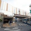 東急東横線の大倉山駅が一新 「ギリシャ風」駅前商店街に溶け込む明るいデザインに