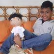 子供たちを勇気づけるため、スペシャルな子供たちにそっくりなスペシャルな人形を作り続ける女性