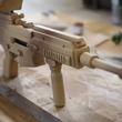 大人が本気出して作ったゴム銃が完全にアサルトライフルな件。セミオート・フルオートの切り替えも可能「ちゃんとスコープまで作ってるのすげえ」