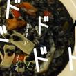 """『  ジョジョの奇妙な冒険 黄金の風』リゾット・ネエロを作ってみたッ! チーズで作った""""メタリカ""""を散りばめて美味しそう(!?)に完成"""