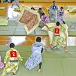 静岡で「全日本まくら投げ大会」が開催、40畳で専用まくらを投げ合え!