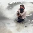 小犬を救うために躊躇なく凍った川に飛び込んだ男