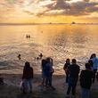 【旅動画】マニラ湾で沈む夕日をみんなで眺める!